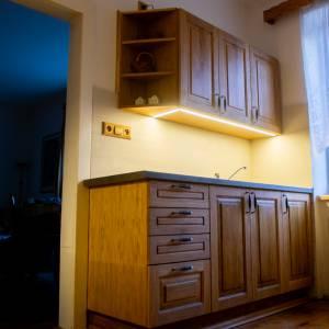 Kuchyň vyrobená z dýhované laťovky a s masivními dubovými dvířky, kuchyň je natřena voskovým olejem