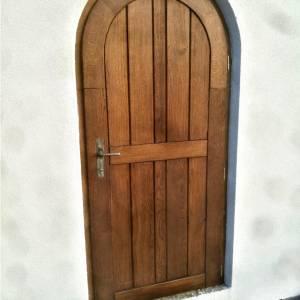 Masivní dubové dveře s obloukem, natřeny lazurou