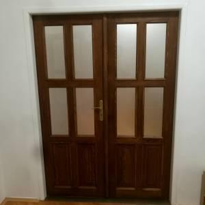 Dvoukřídlé dveře, masivní borovice, skleněné tabule, hnědá lazura