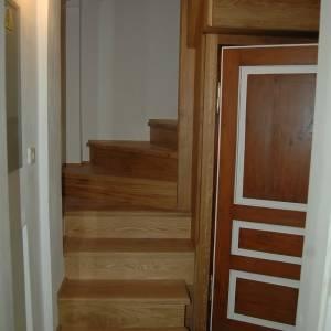Masivní dubové schodiště ve tvaru U